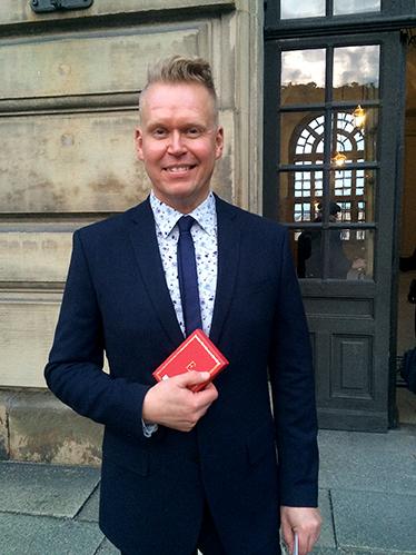 Pasi Välimaa med sin medalj utanför slottet
