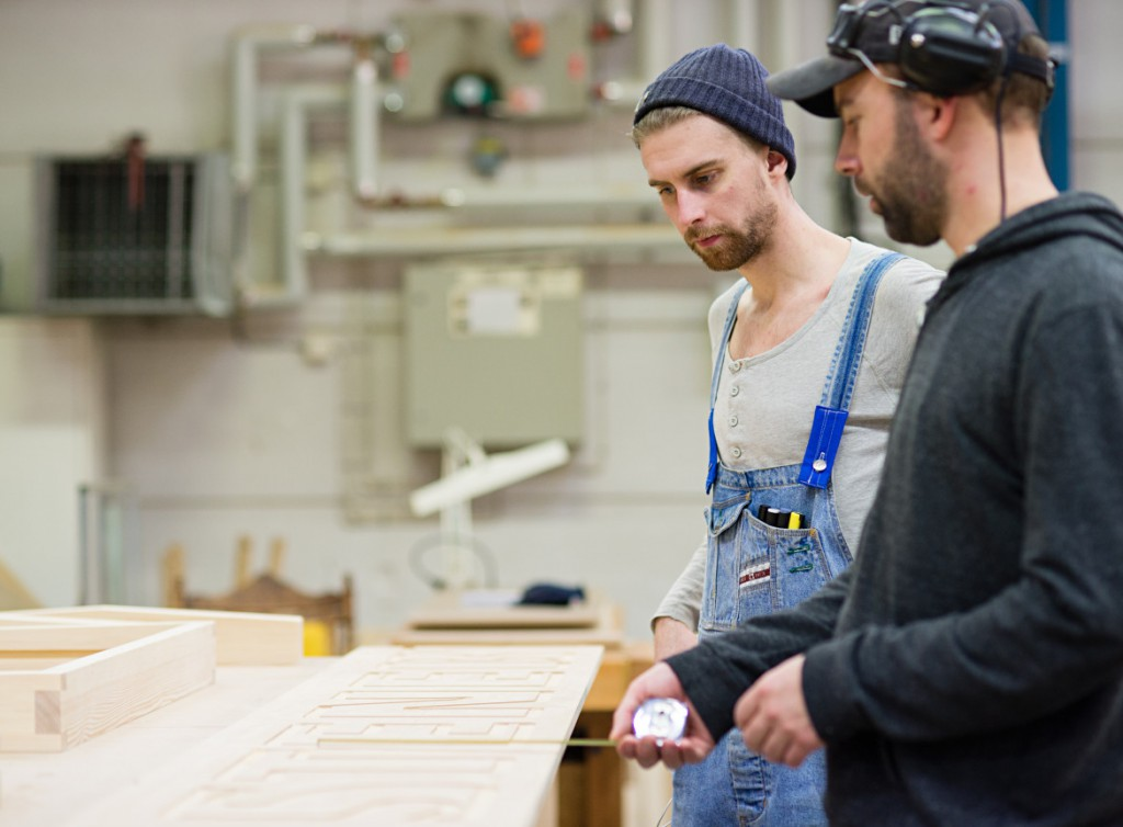 Joakim King från Trähantverk Möbelsnickeri och Jonathan Bjärbo från Finsnickeri samtalar om arbetet. ©Martin Gustavsson