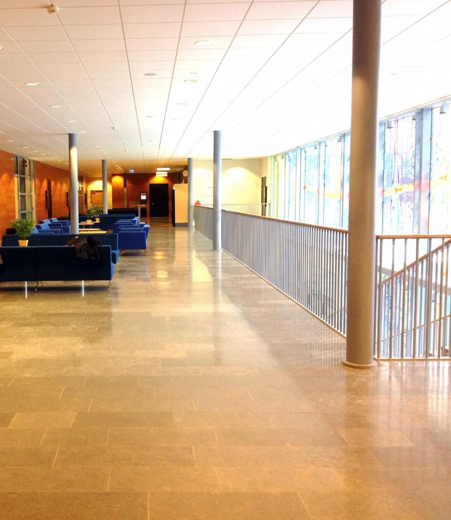 Rummet, väntsalen på Tingsrätten i Göteborg, som studenterna hade att förhålla sig till.